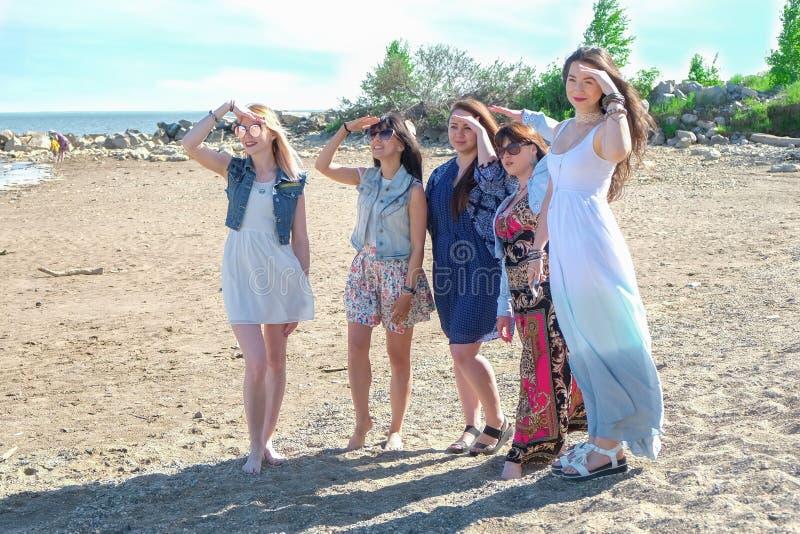 Groep meisjes die weg het strand bekijken royalty-vrije stock fotografie