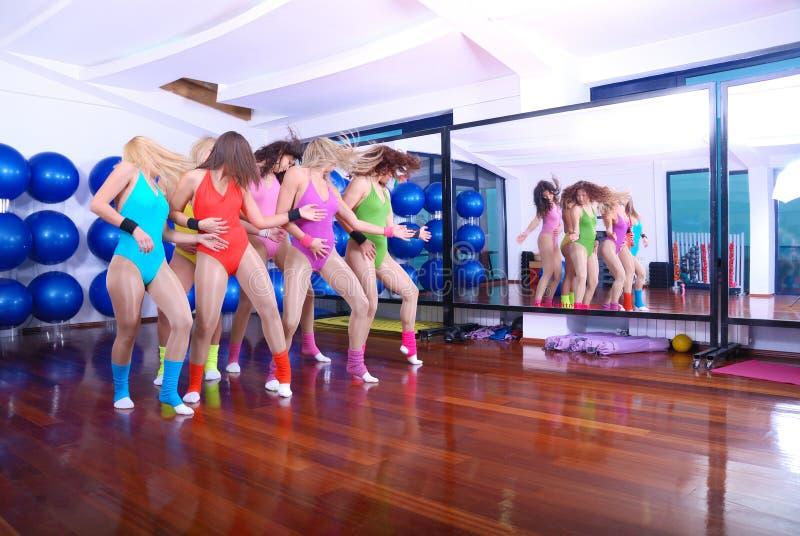 Groep meisjes in geschiktheidsstudio stock fotografie