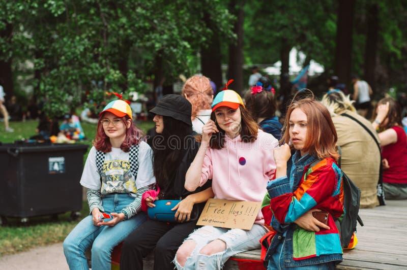 Groep meisjes met de inschrijving van 'Vrije omhelzingen op de Trotsfestival van Helsinki in het openbare park van Kaivopuisto stock afbeelding