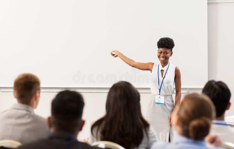 Groep mensen bij bedrijfsconferentie of lezing stock afbeeldingen