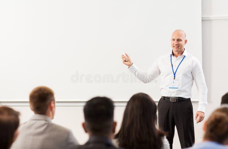 Groep mensen bij bedrijfsconferentie of lezing royalty-vrije stock foto's