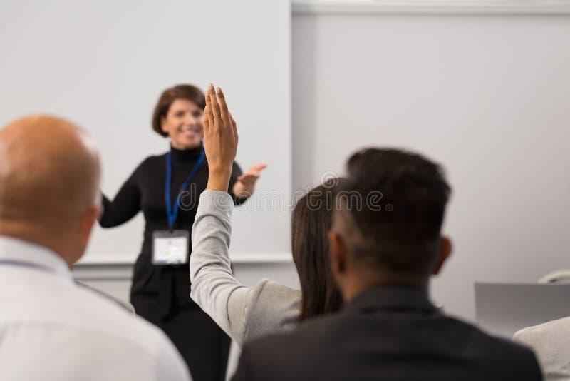 Groep mensen bij bedrijfsconferentie of lezing royalty-vrije stock foto