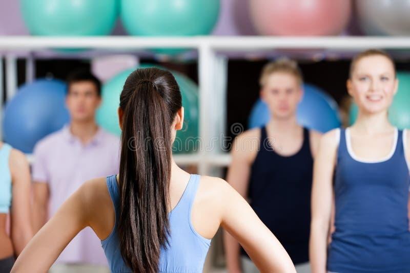 Groep mensen bij de gymnastiek stock foto