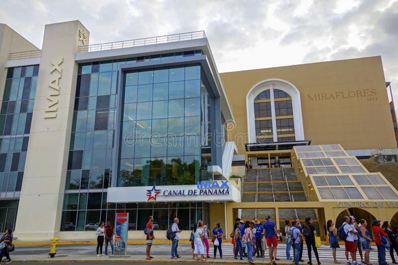 Groep Mensen bij IMAX-het Kanaal van de Slotenpanama van Miraflores van de Theateringang stock foto