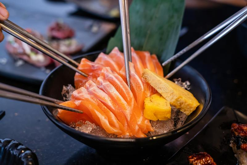 Groep mensen die sashimi eten in restaurant royalty-vrije stock foto