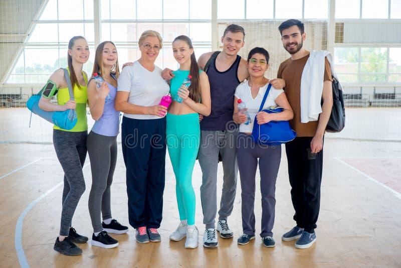 Groep mensen in een gymnastiek stock foto's