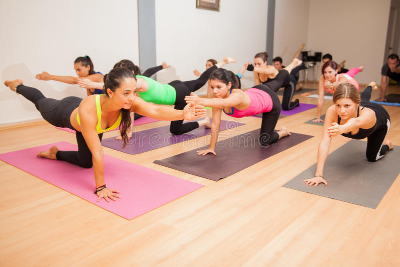 Groep mensen in een yogaklasse stock foto's