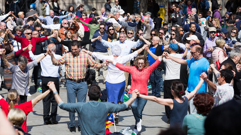 Groep mensen het dansen lange sardana van de cirkeldans royalty-vrije stock foto's