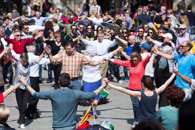 Groep mensen het dansen sardana van de cirkeldans stock afbeeldingen