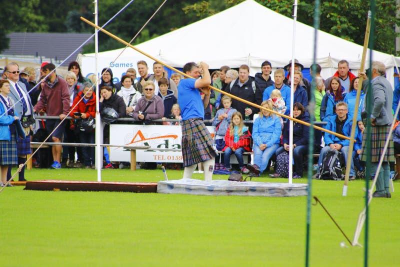 Groep mensen met een scotishsportman in kilt stock fotografie