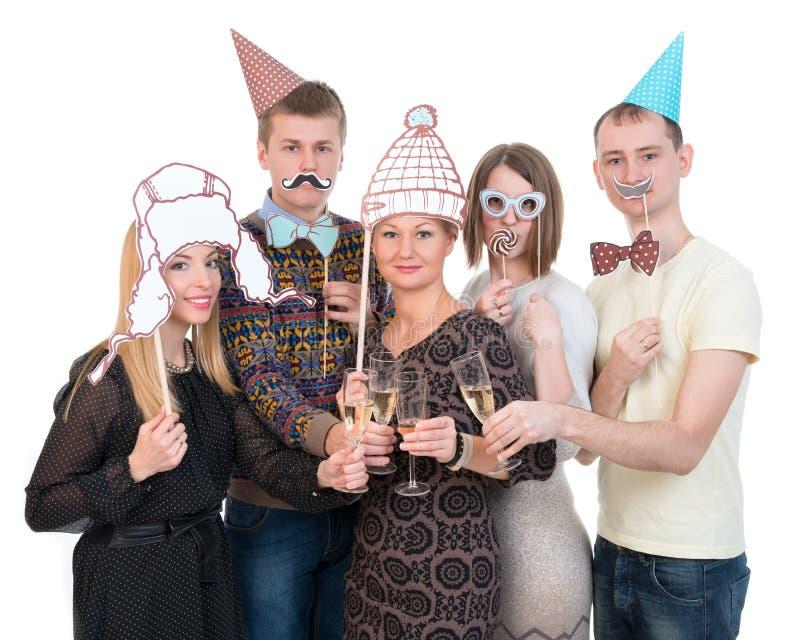 Groep mensen onder maskers op de de dranktoejuichingen van de verjaardagspartij royalty-vrije stock foto