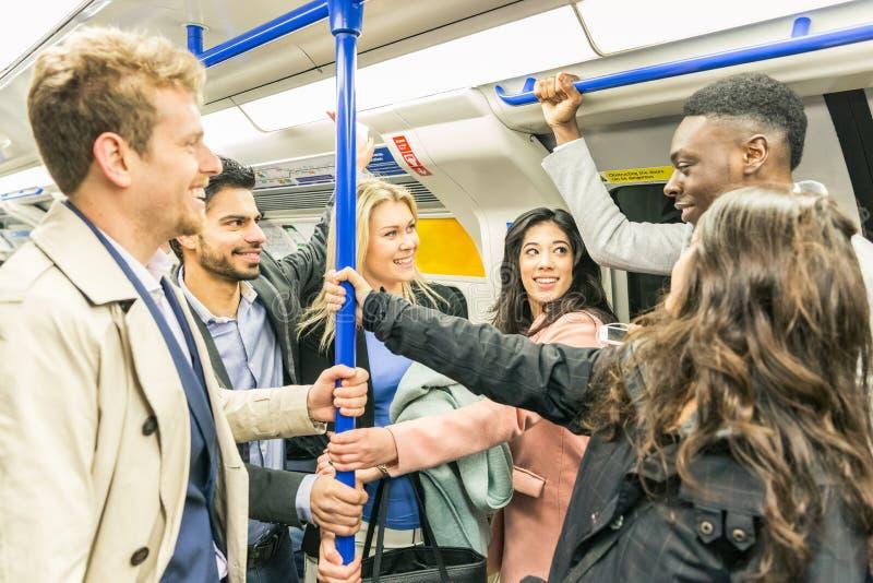 Groep mensen op buistrein in Londen stock fotografie