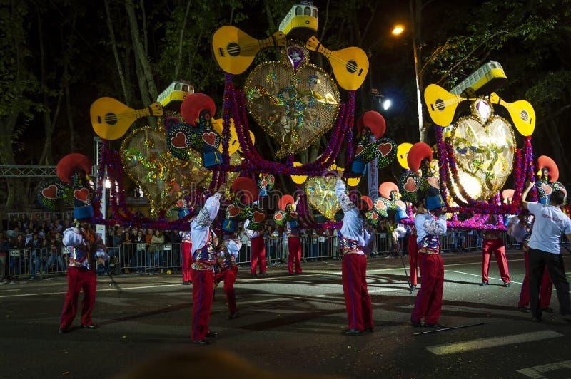 Groep mensen tijdens de parades die de Populaire Heiligen Marchas Populares vieren bij de Liberdade-Weg, in de stad van Lisb royalty-vrije stock foto