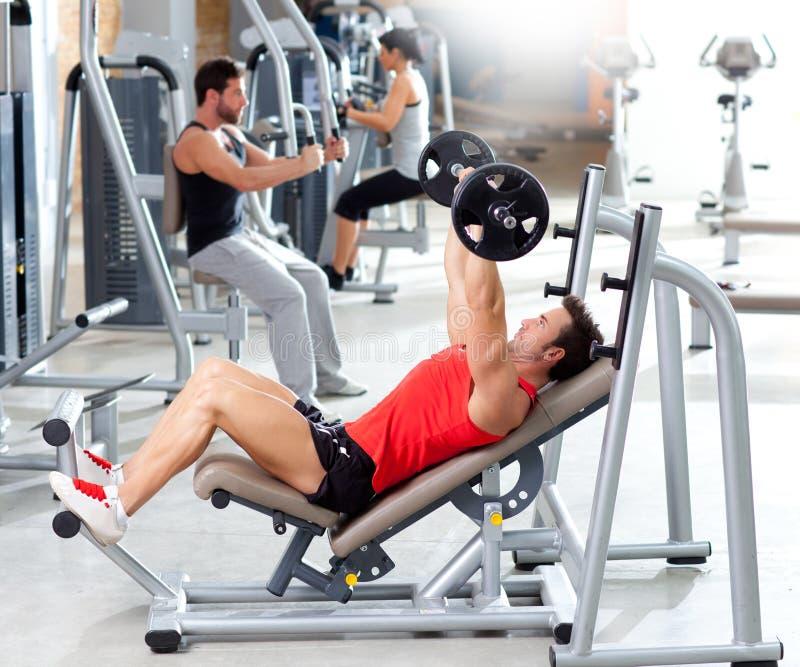 Groep met gewichtheffenapparatuur op sportgymnastiek stock fotografie