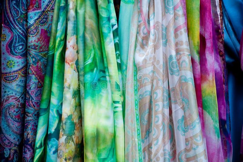 Groep mooie gekleurde sjaals in katoen en wol royalty-vrije stock foto