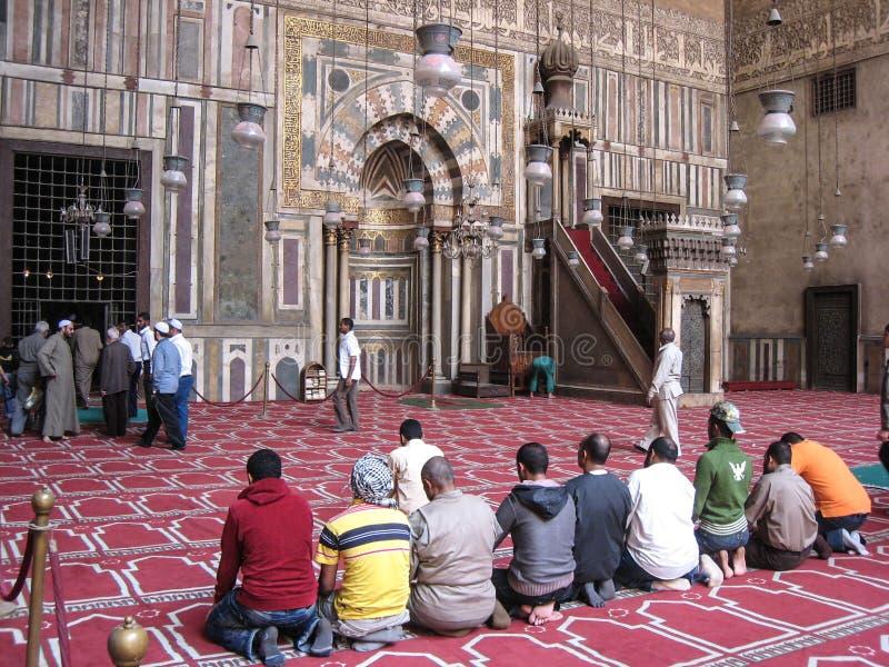 Groep moslims die bij de moskee van Hassan bidden. Kaïro stock fotografie
