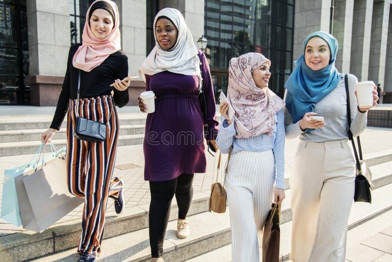 Groep moslimvrienden die uit hangen royalty-vrije stock foto's
