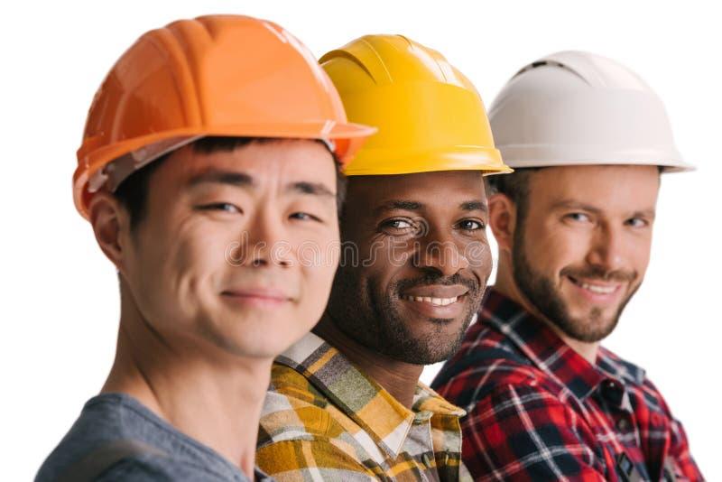 groep multi-etnische bouwvakkers in rij het kijken royalty-vrije stock fotografie