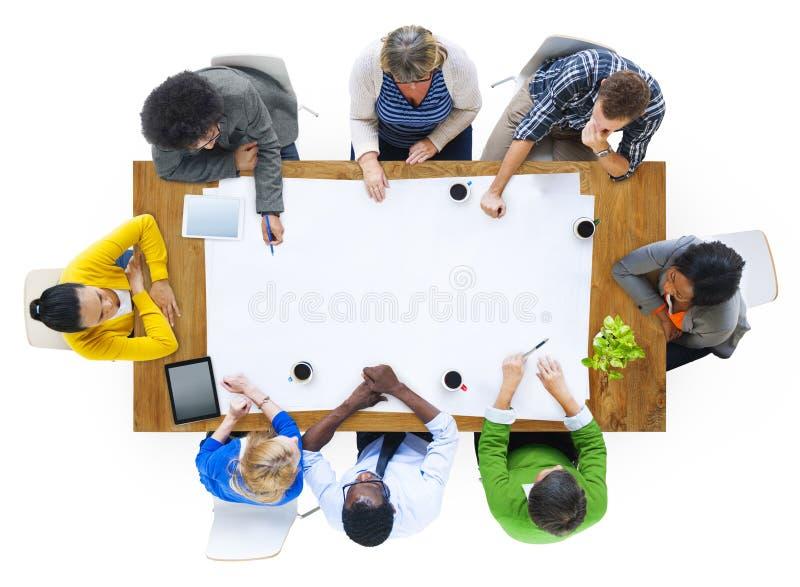 Groep Multi-etnische Mensen die op een Nieuw Project plannen stock afbeeldingen