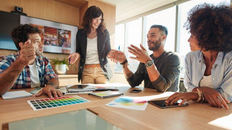 Groep multi etnische mensen tijdens commerciële vergadering stock afbeelding