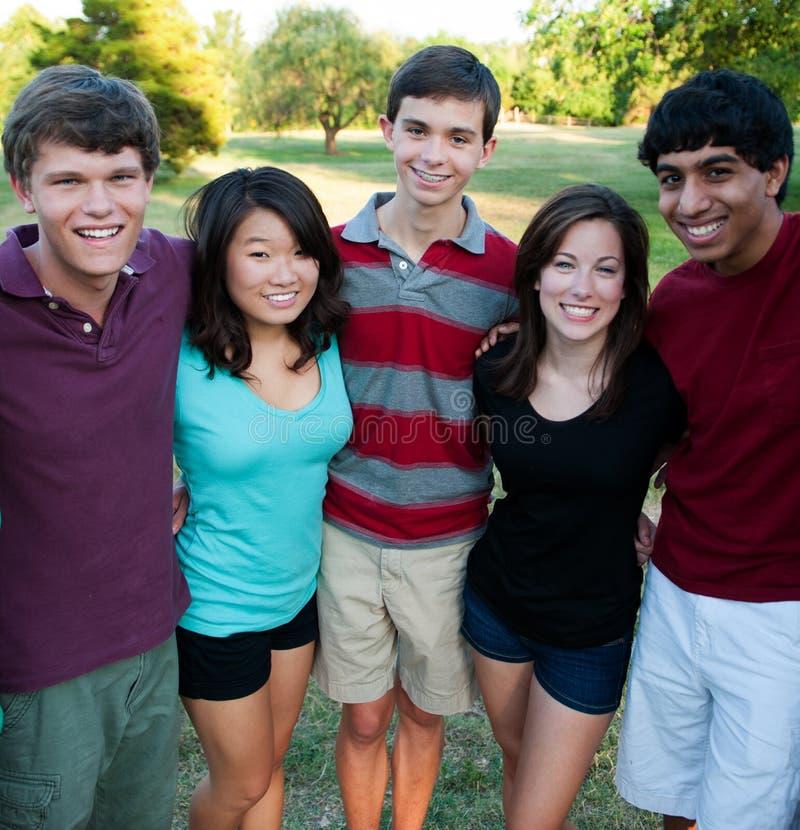 Groep multi-Etnische tieners buiten royalty-vrije stock foto