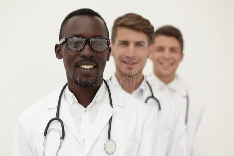 Groep multi-racial artsen die zich op een rij bevinden royalty-vrije stock afbeeldingen