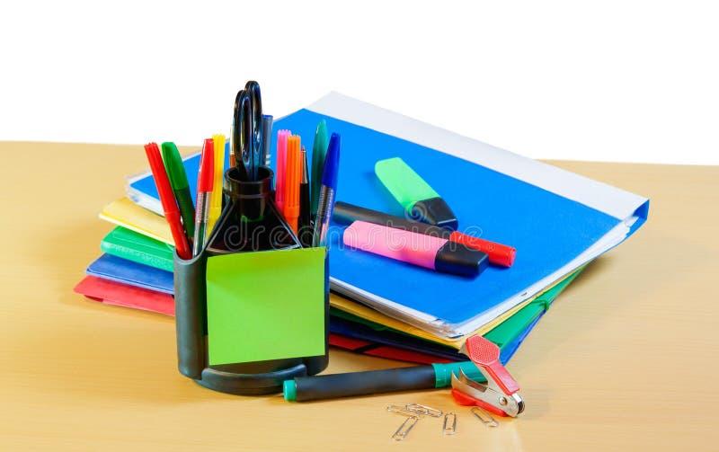 Groep multicolored bureauomslagen, glazen en bureau supplie royalty-vrije stock foto's