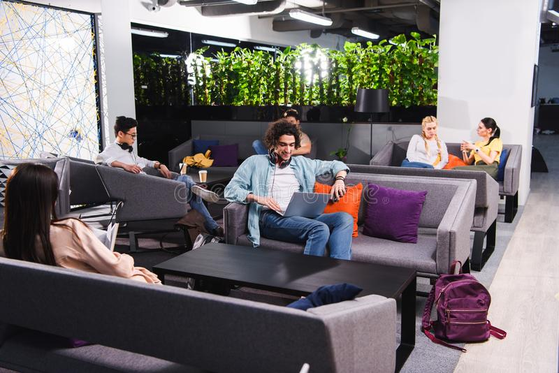 groep multiculturele bedrijfsmensen die en bij het moderne coworking werken spreken royalty-vrije stock afbeeldingen