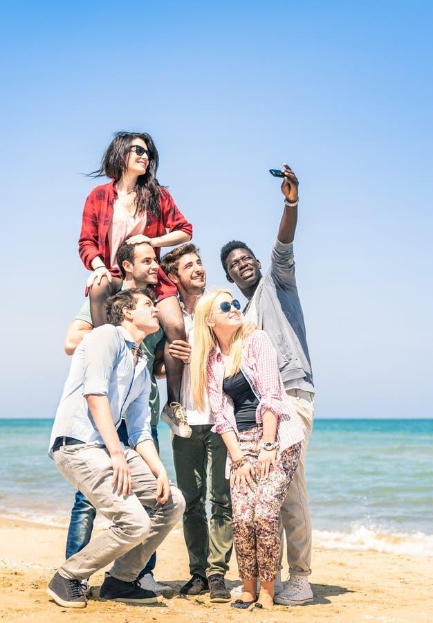 Groep multiraciale gelukkige vrienden die een selfie nemen stock afbeeldingen