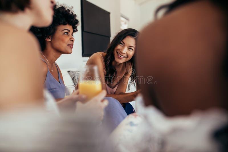 Groep multiraciale vrienden bij een partij stock afbeeldingen