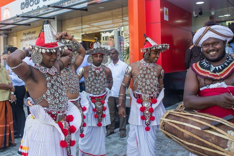 Groep musici in de nationale kleren van Sri Lankan tijdens vakantie royalty-vrije stock fotografie