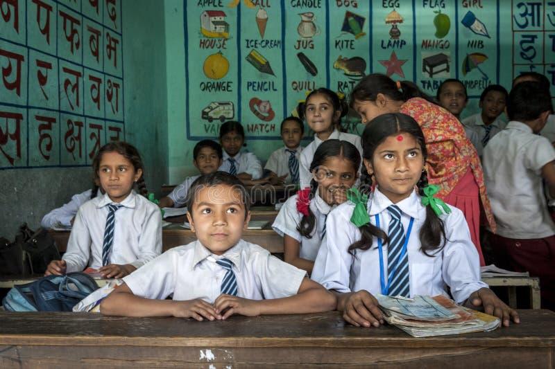 Groep Nepalese leerlingen in een klasse stock foto's