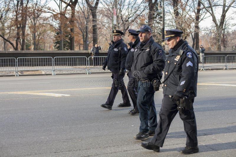 Groep NYC-politiemannen het lopen royalty-vrije stock foto