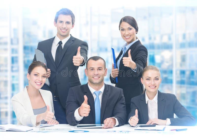 Groep omhoog het beduimelen van managers royalty-vrije stock afbeeldingen