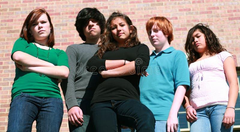 Groep ongelukkige tienerjaren stock fotografie