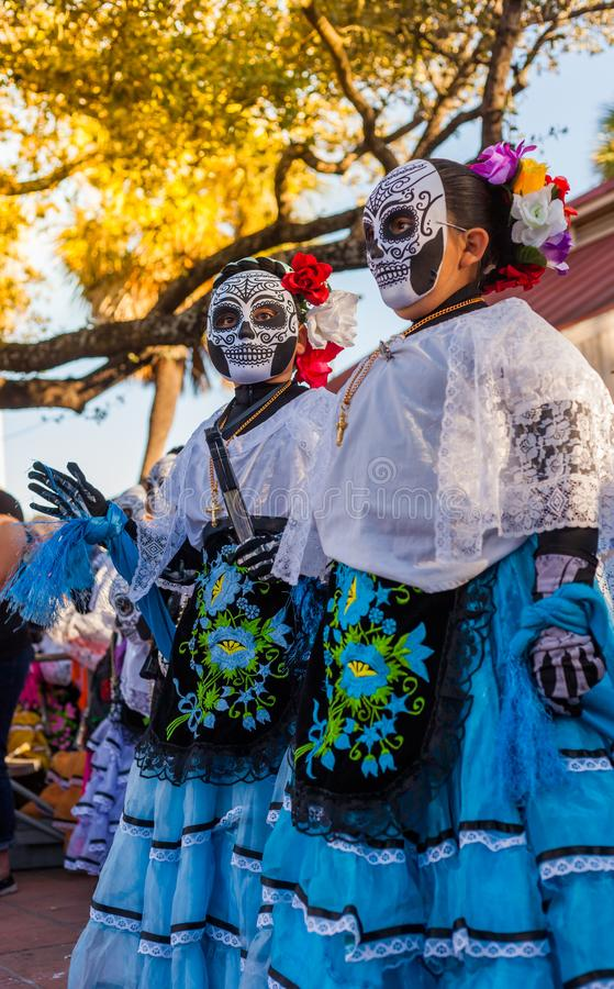 Groep onherkenbare vrouwen die traditionele suikerschedel ma dragen stock fotografie