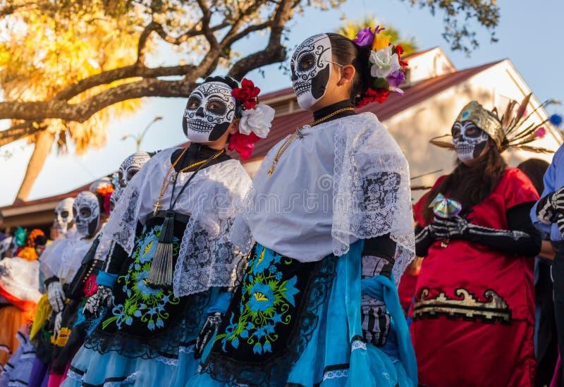 Groep onherkenbare vrouwen die traditionele suikerschedel ma dragen stock foto's
