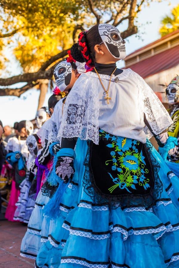 Groep onherkenbare vrouwen die traditionele suikerschedel ma dragen royalty-vrije stock foto's