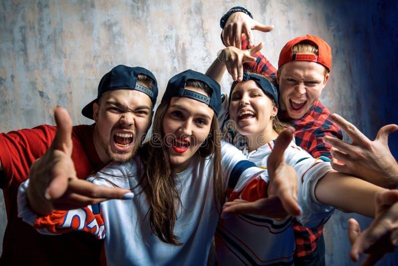 Groep opgewekte rappers die aan de camera stellen royalty-vrije stock afbeeldingen