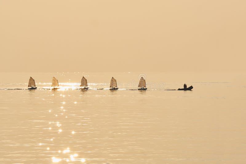 Groep Optimistenzeilen in havenbu rubberboot worden gesleept die royalty-vrije stock fotografie