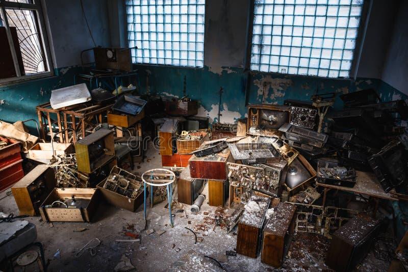 Groep oude antieke retro televisie of gebroken TV-dozen in donker griezelig verlaten huis onder huisvuil in vuile ruimte royalty-vrije stock afbeeldingen