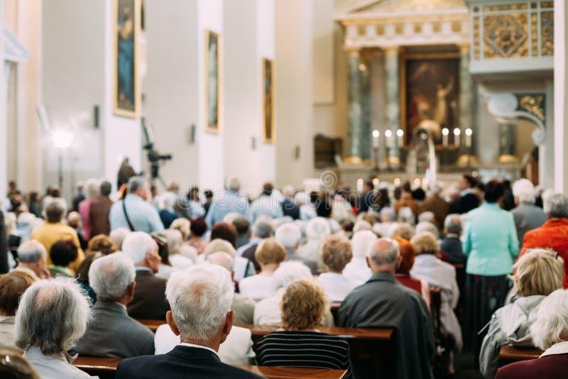 Groep Oude Mensenparochianen in Kathedraalkerk royalty-vrije stock afbeelding