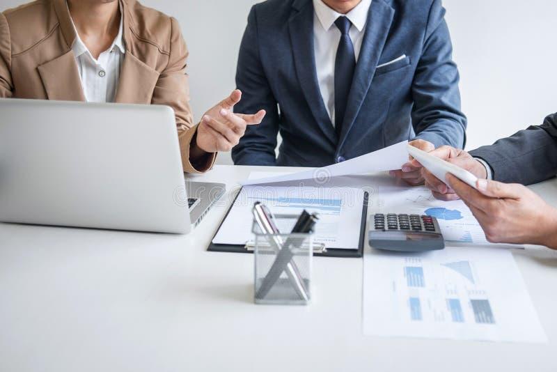 Groep partner het werk gesprek, Commerciële teamvergadering huidig met investeerderscollega's die gegevens van de plan de financi stock afbeeldingen
