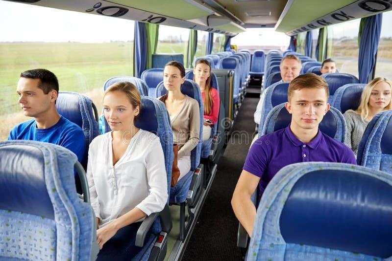 Groep passagiers of toeristen in reisbus stock afbeeldingen