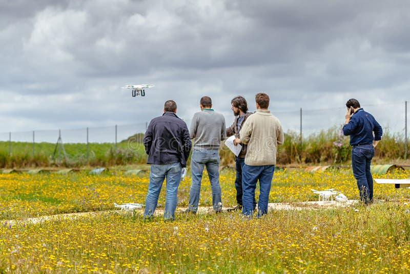 Groep personen die hommel trainingscursus maken bij La Juliana Aerodrome stock afbeeldingen