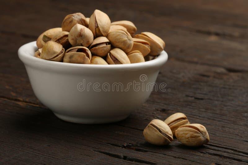 Groep pistaches in een kom royalty-vrije stock afbeelding