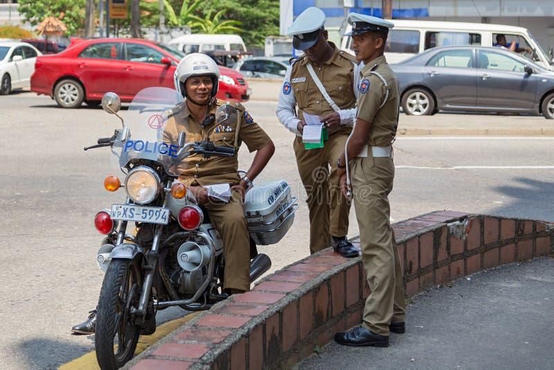 Groep politieagenten die zich op straat bevinden stock fotografie