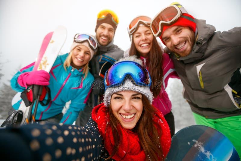 Download Groep Pret Op De Winter Hebben Hodays En Vrienden Die Selfie Maken Stock Afbeelding - Afbeelding bestaande uit activiteit, paar: 107706685