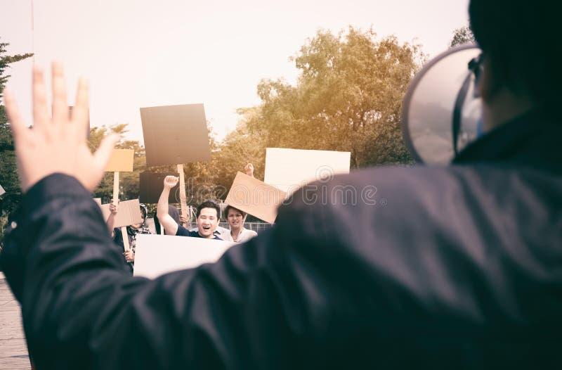 Groep protesteerders die bij de straat lopen royalty-vrije stock afbeelding