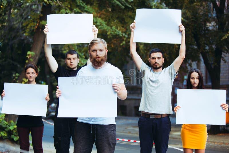Groep protesterende jongeren in openlucht stock afbeeldingen